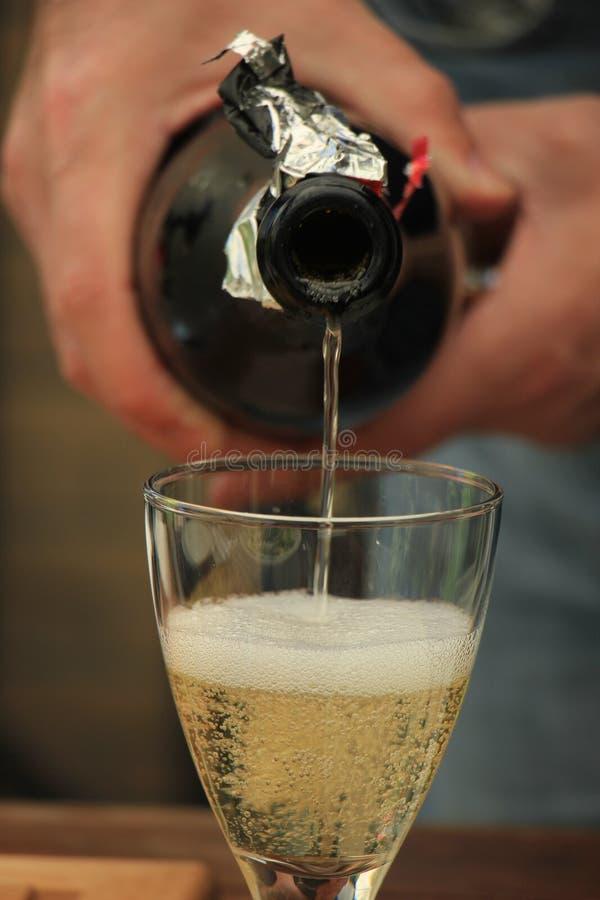 Strömender weißer Wein des Mannes stockfoto