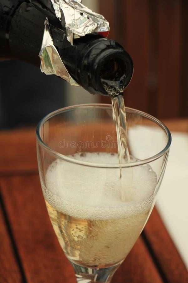 Strömender weißer Wein des Mannes stockbilder