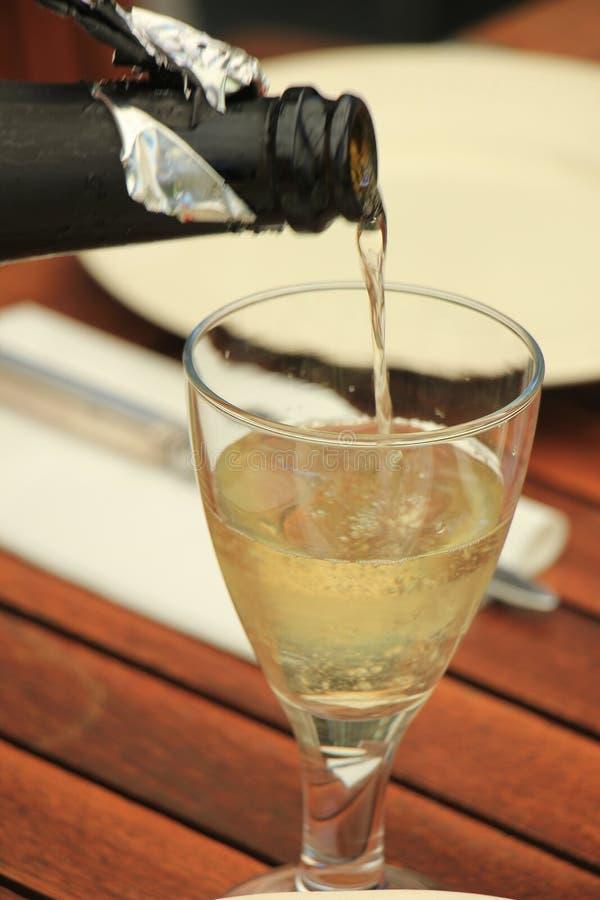 Strömender weißer Wein des Mannes lizenzfreies stockfoto