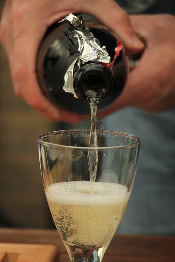 Strömender weißer Wein des Mannes lizenzfreie stockbilder