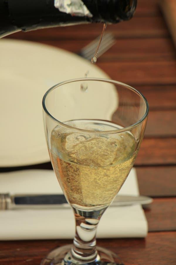 Strömender weißer Wein des Mannes stockfotos