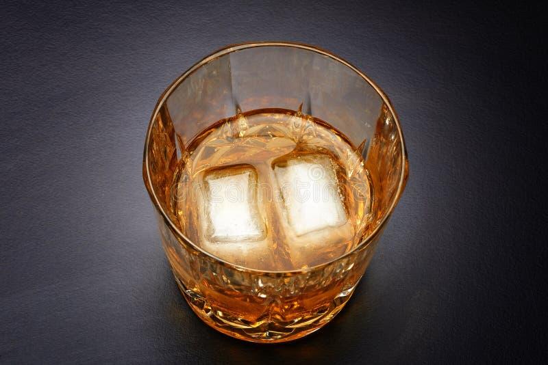 Strömender Whisky im netten Glas stockfotos