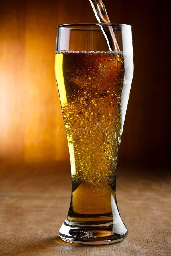 Strömendes Bier stockfotografie