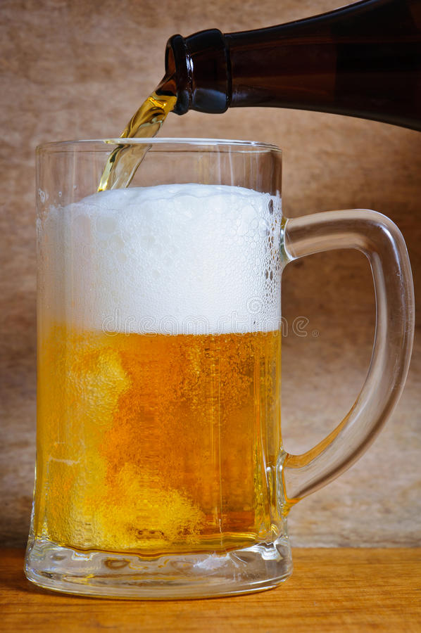 Strömendes Bier stockbilder