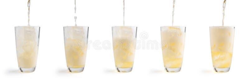 Strömendes Bier in das Glas, lokalisiert auf weißem Hintergrund ausschnitt stockbild
