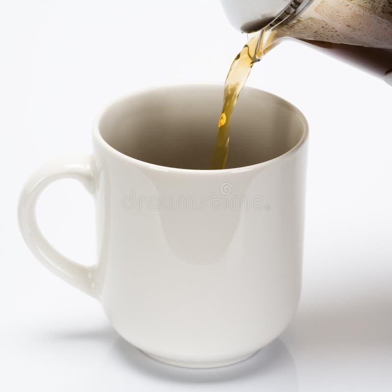 Strömendes coffe in Schale lizenzfreies stockbild