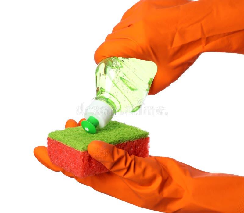 Strömendes Reinigungsprodukt der Person für den Teller, der auf Schwamm auf weißem Hintergrund sich wäscht stockfotografie