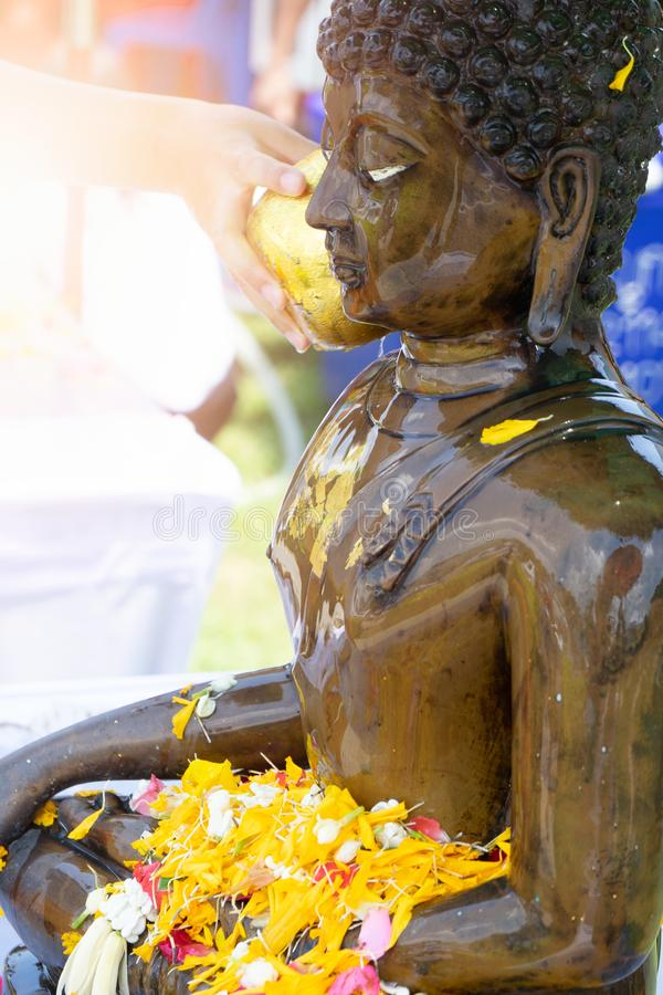 Strömendes Wasser auf der Songkran-Festival Kultur von Thailand lizenzfreie stockbilder