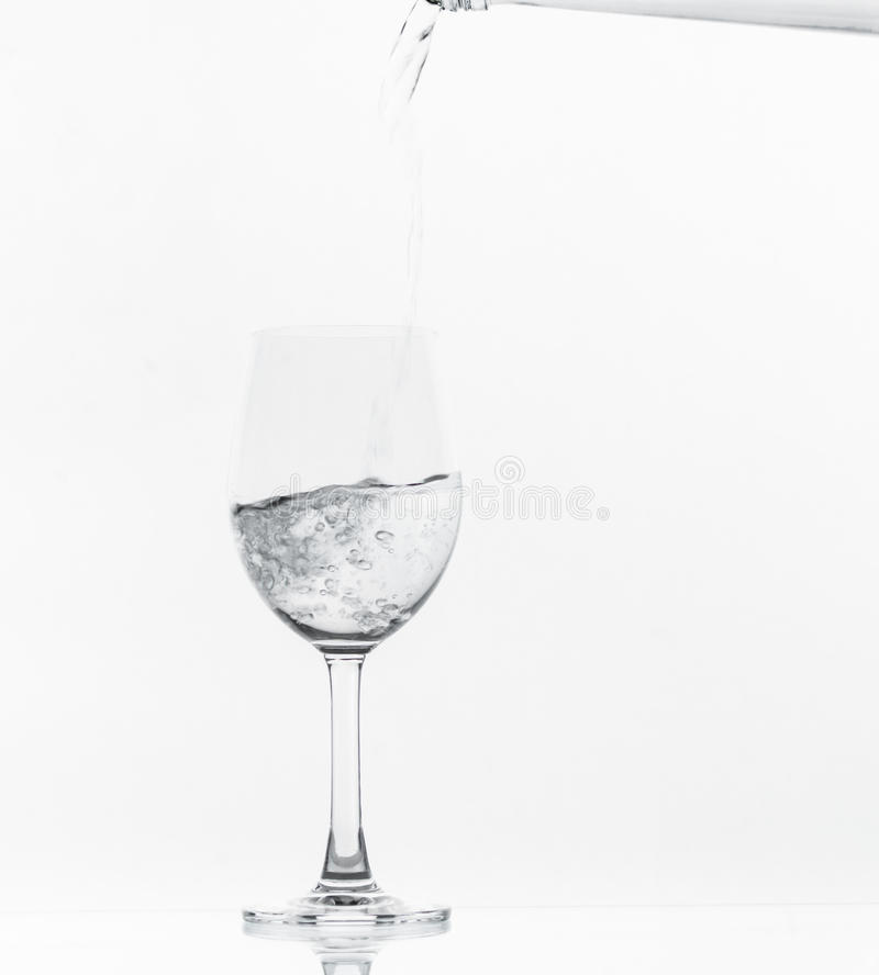 Strömendes Wasser auf Glas stockfoto