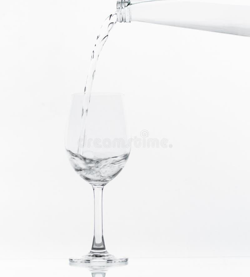 Strömendes Wasser auf Glas stockbild
