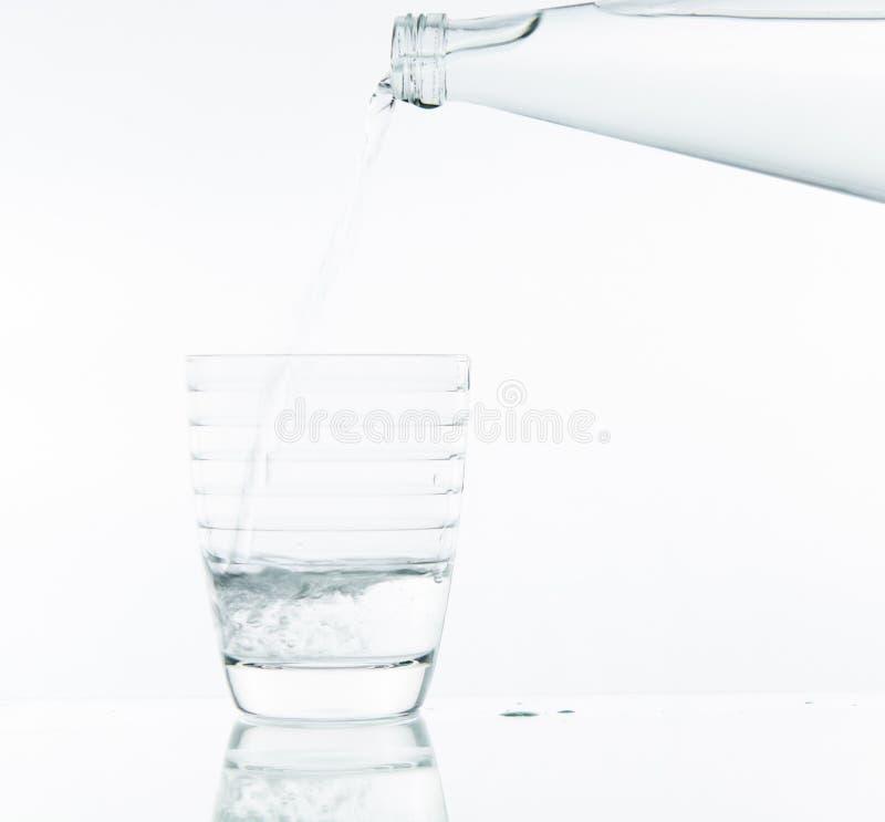 Strömendes Wasser auf Glas stockfotografie