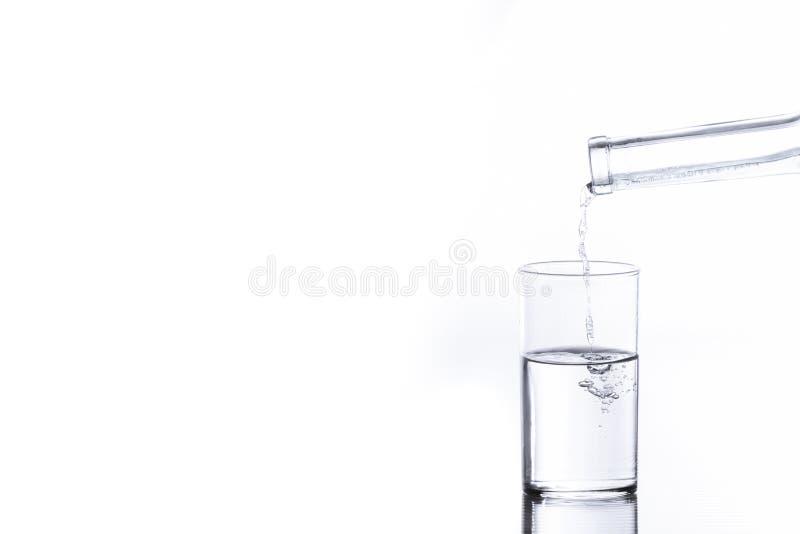Strömendes Wasser in einem Glas lizenzfreie stockbilder