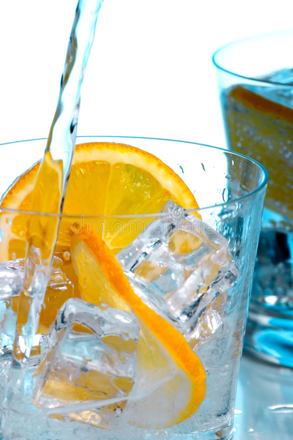 Strömendes Wasser in Gläser mit Eis lizenzfreie stockbilder