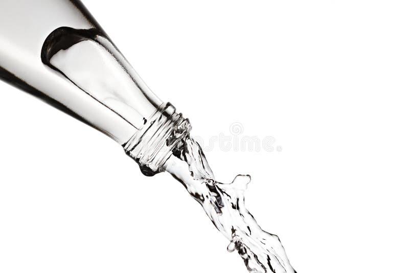 Strömendes Wasser von einer Flasche lizenzfreie stockfotos