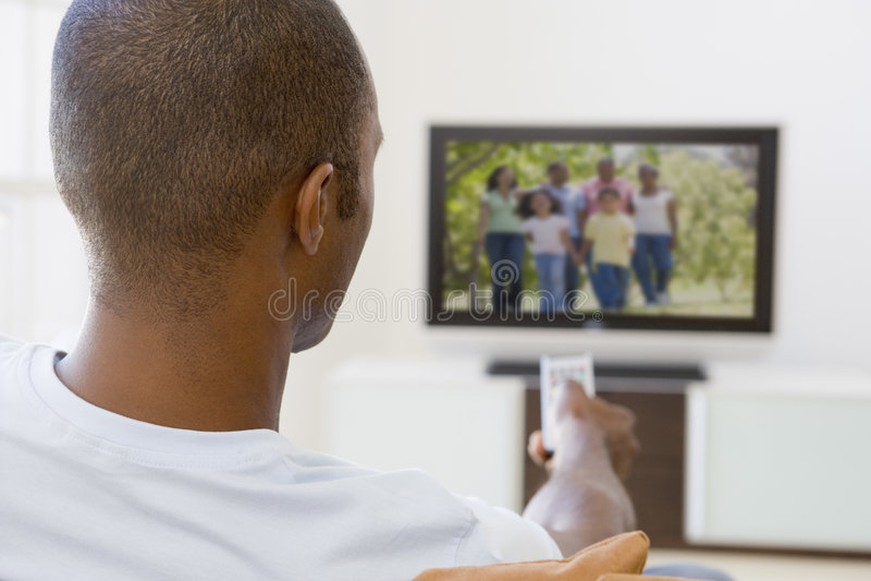 strömförande hålla ögonen på för television för manlokal fotografering för bildbyråer