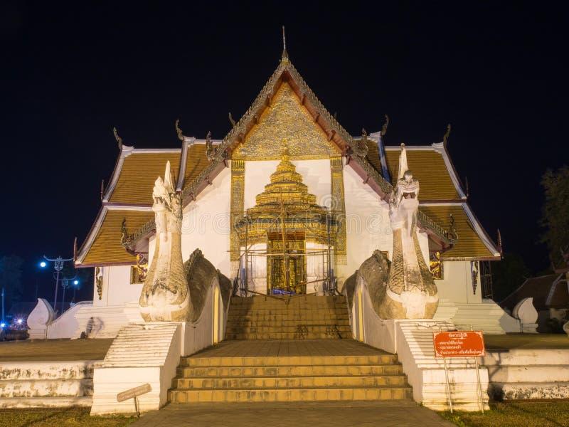Strömförsörjningskyrka av Wat Phu Mintr i nattetid royaltyfria foton