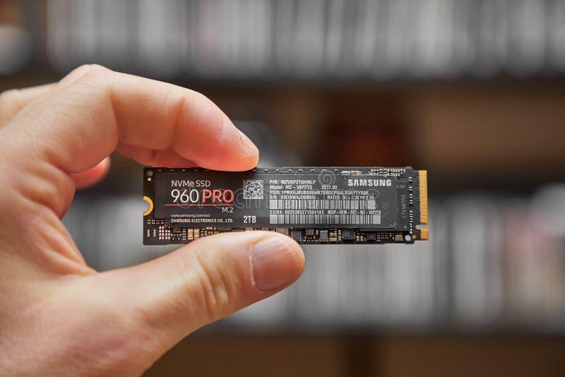 Strömkretsbrädet av en SSD rymde i hand royaltyfri foto