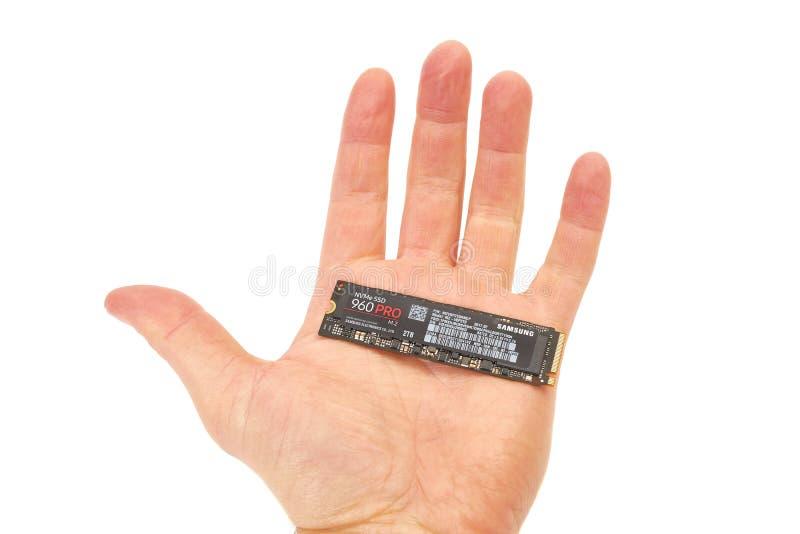 Strömkretsbrädet av en SSD rymde i hand royaltyfria foton