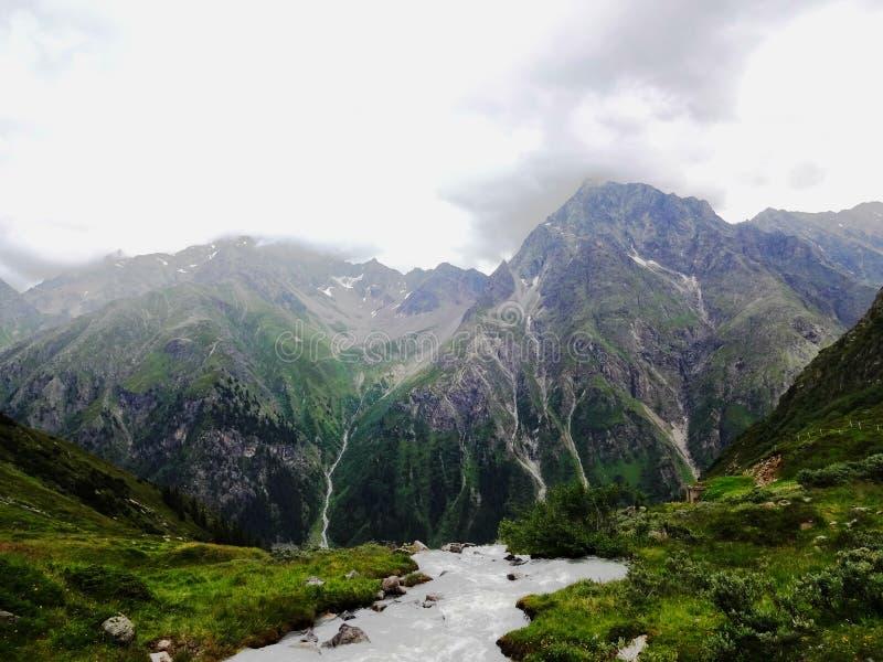 Strömma in i den grova terrängen av Pitztal, Österrike fotografering för bildbyråer