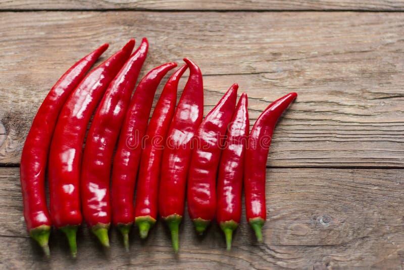 Strąki czerwonego chili pieprze na drewnianym tle zdjęcia royalty free