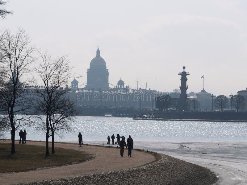 Str. Isaak Kathedrale- und Nevafluß in St Petersburg stockfoto