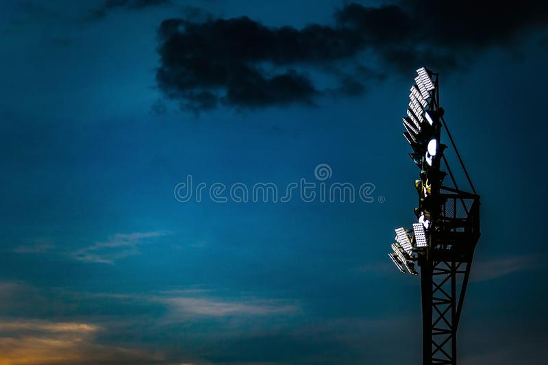 Str?lkastarepoltorn p? natten av fotboll- eller fotbollstadion arkivbilder