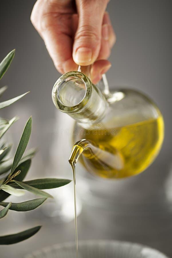 Str?mender Abschluss der Oliven?lflasche oben lizenzfreie stockbilder