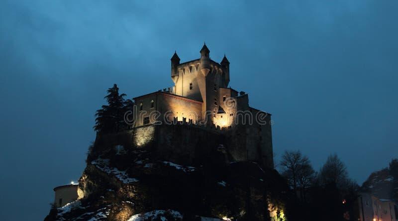 Saint Pierre-Schloss nachts stockbild