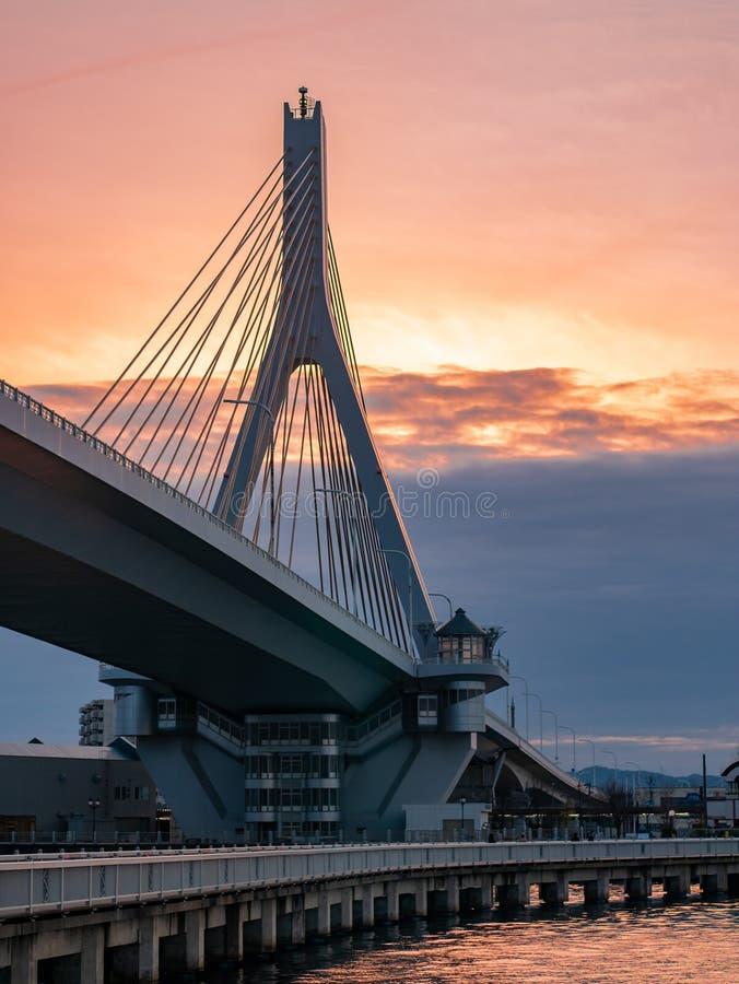 Straße über der Brücke am Pier während der Sonnenuntergangzeit stockbild