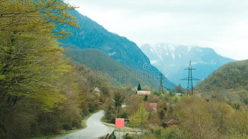 Straße in Abchasien durch hügeliges Gelände lizenzfreie stockfotos