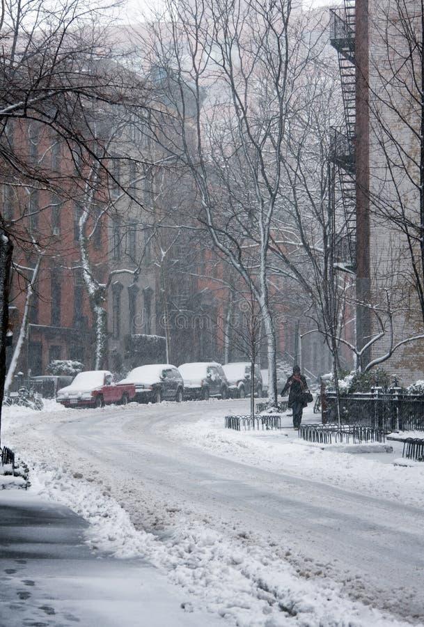 Straße abgedeckt im Schnee lizenzfreie stockfotografie