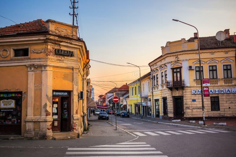 Straße Altstadt Negotion in Serbien bei Sonnenuntergang lizenzfreie stockfotos