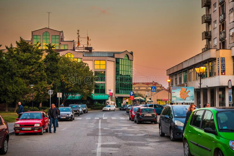 Straße Altstadt Negotion in Serbien bei Sonnenuntergang lizenzfreie stockfotografie
