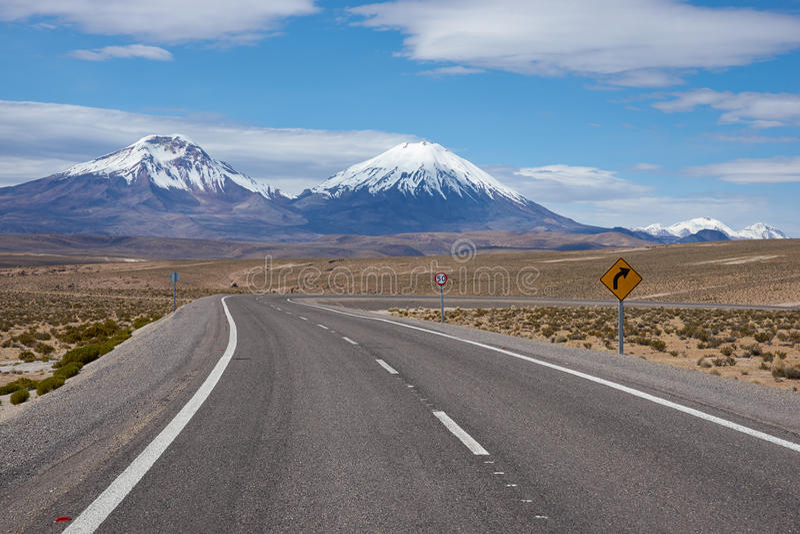 Straße auf dem Altiplano lizenzfreie stockfotografie