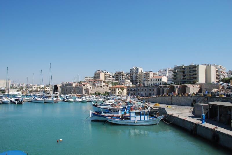 Straße auf dem Pier mit Yachten im beliebten Erholungsort von Iraklio, Kreta stockbilder