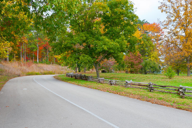 Straße in Autumn Park lizenzfreie stockfotografie