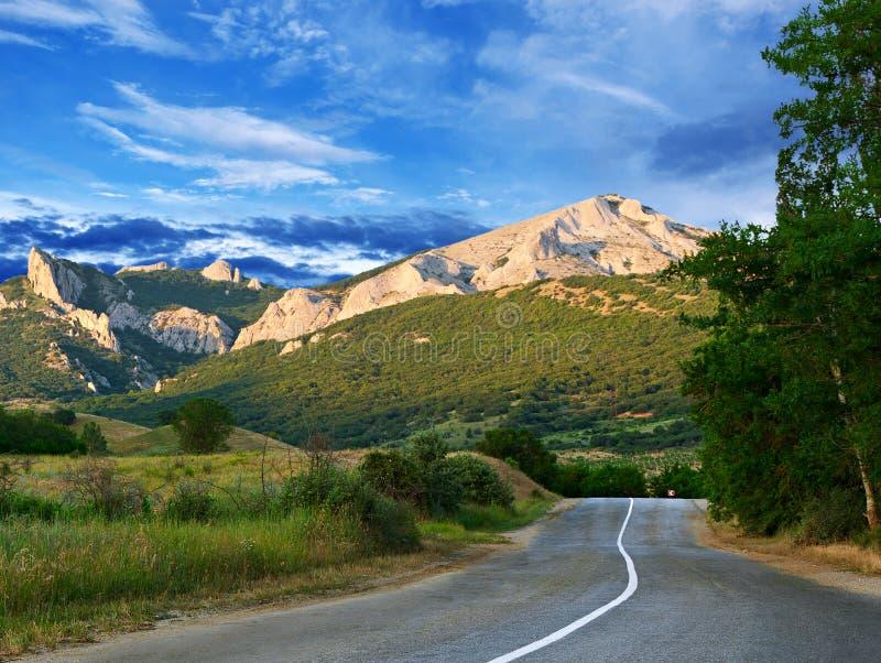 Straße, Berge und blauer Himmel stockfotografie