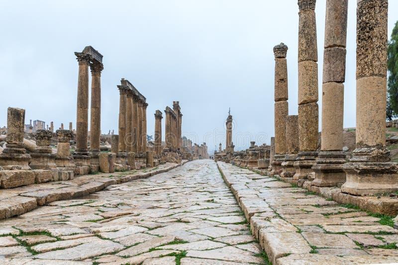 Straße Cardo Maximus, die von der ovalen Piazza in der großen römischen Stadt von Jerash - Gerasa, zerstört durch ein Erdbeben in stockfotos