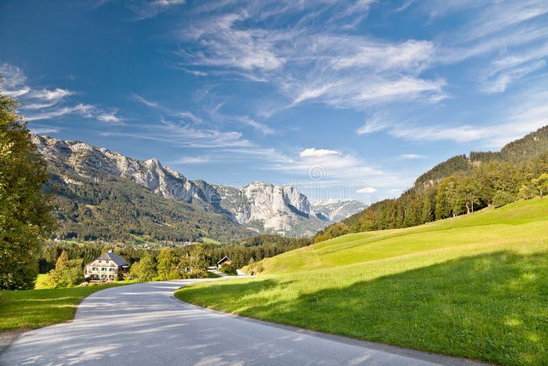 Straße in den Alpen stockbilder