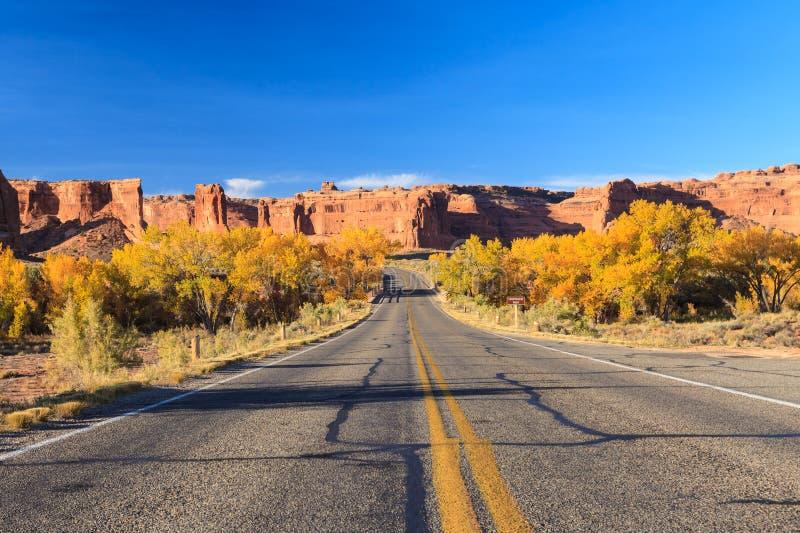 Straße in den Bögen Nationalpark, Utah lizenzfreies stockfoto