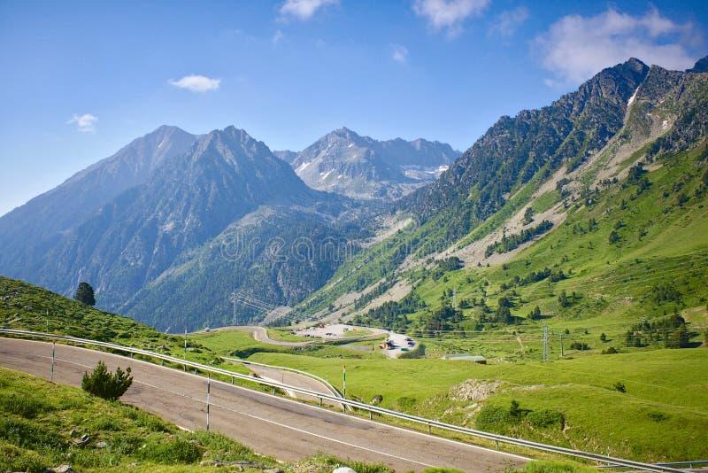 Straße in den Bergen der Pyrenäen stockfotos