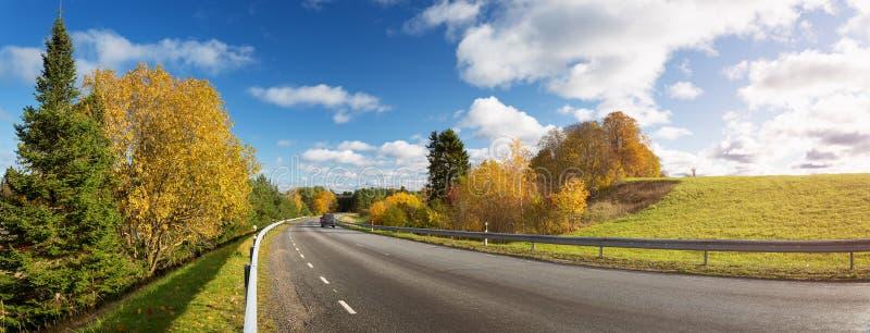 Straße an den Fällen am sonnigen Tag Datenbahn im Herbst stockfotos