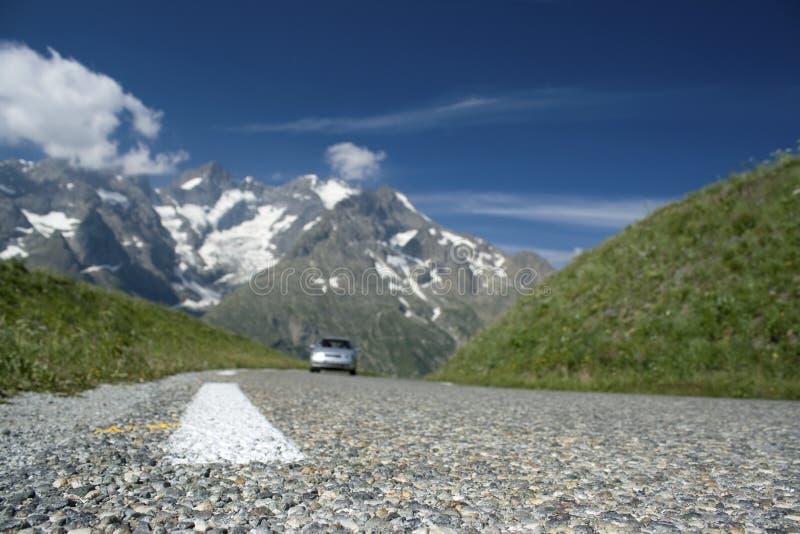 Straße, in den französischen Alpen. stockfotografie