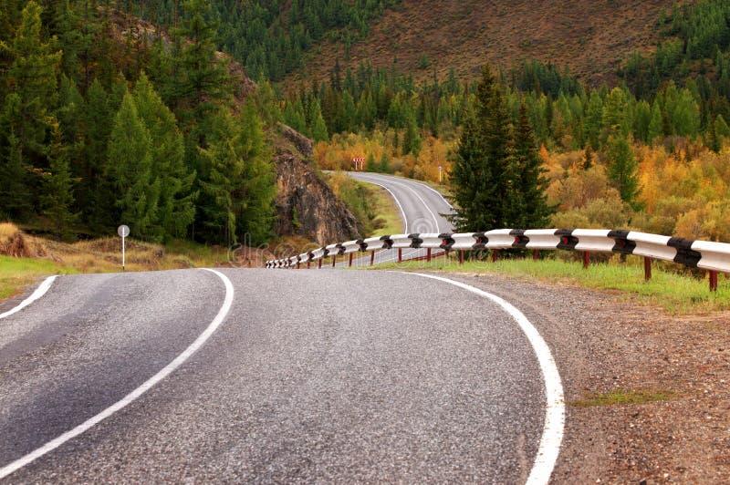 Straße in den Herbstbergen lizenzfreies stockfoto
