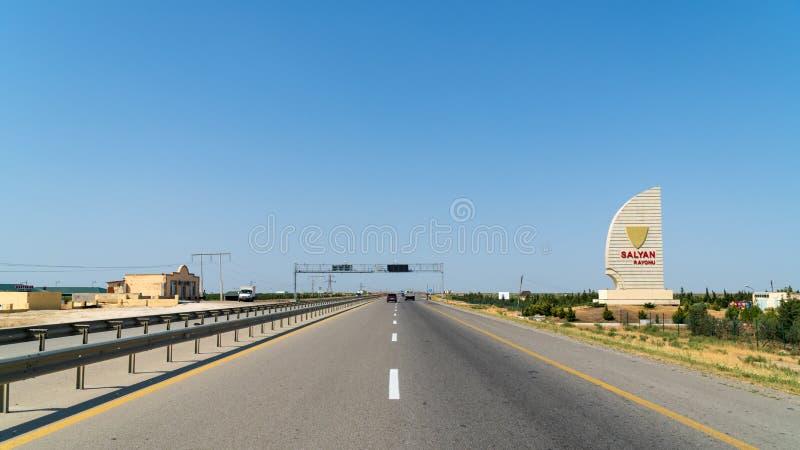 Straße in den Regionen von Aserbaidschan, Stadtname auf Schild - Salyan-rayonu lizenzfreie stockfotos