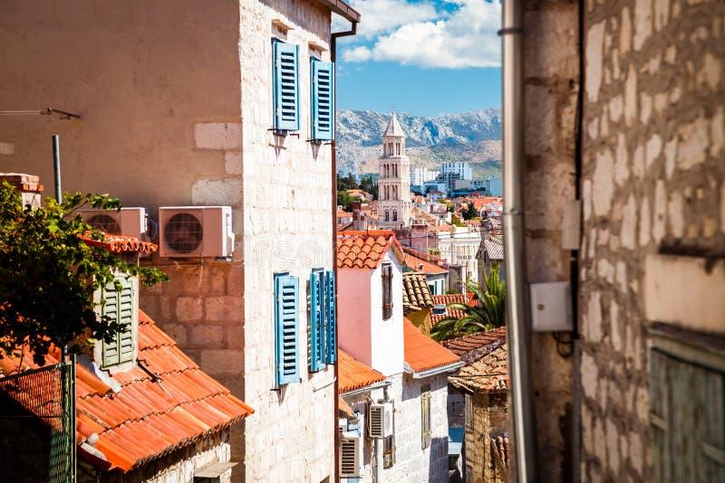 Straße der alten Stadt aufgespaltet in Dalmatien, Kroatien lizenzfreies stockbild