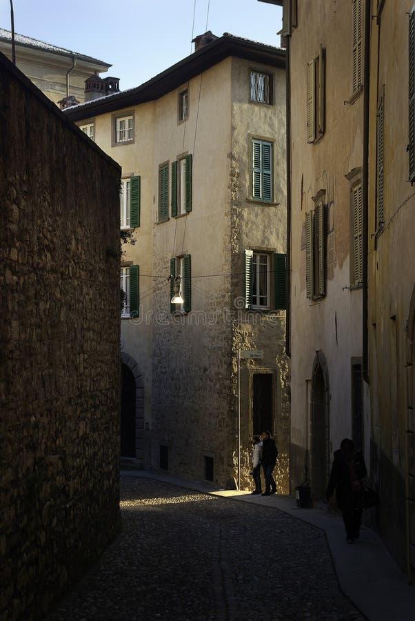 Straße in der alten Stadt von Bergamo stockfotografie