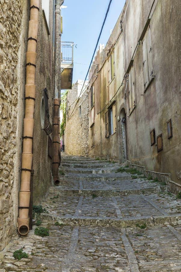 Straße der alten Stadt von Erice, Sizilien, Italien stockfotografie