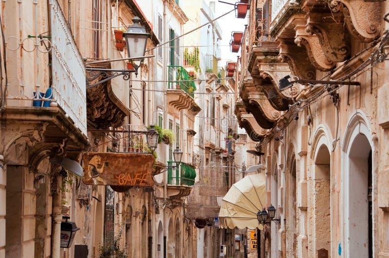 Straße in der alten Stadt von Syrakus stockfotos
