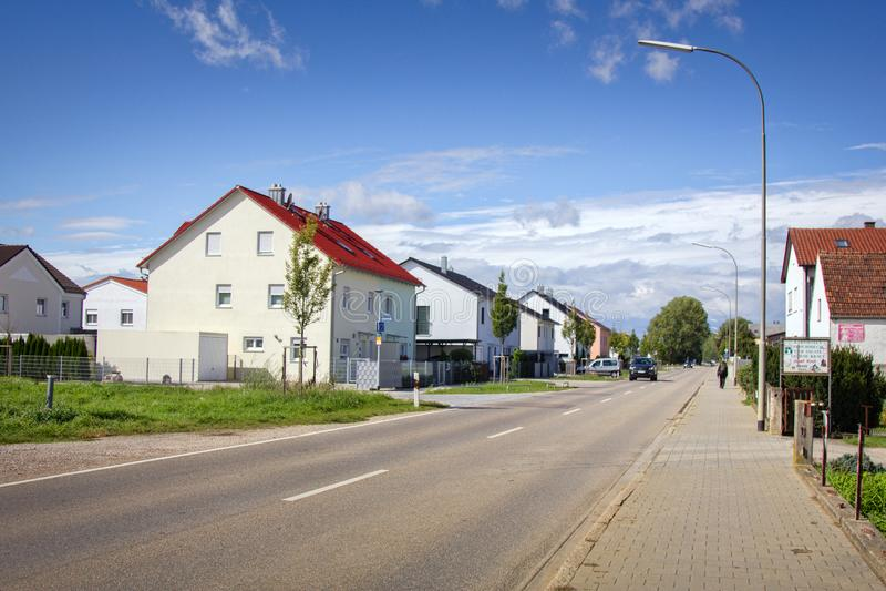 Straße der deutschen provinziellen Stadt mit einstöckigen Häuschen stockbild